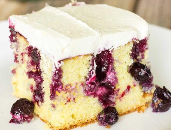 Découvrez le poke cake, un gâteau avec des trous facile à réaliser et qui dévoile ses secrets à la dégustation.