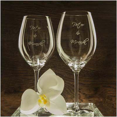 Rode wijn glazen als huwelijks geschenk. met namen van bruidspaar. De glazen zijn hand gegraveerd.