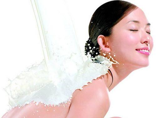 Tắm bằng sữa tươi có bắt nắng không ?