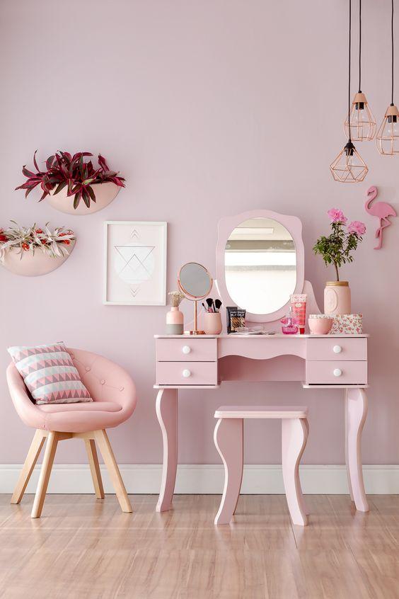Um ambiente monocromático deixa os ambientes mais modernos e autênticos. Uma boa ideia é investir na decoração com rosa. O toque meigo e romântico vai dar um up no seu cantinho