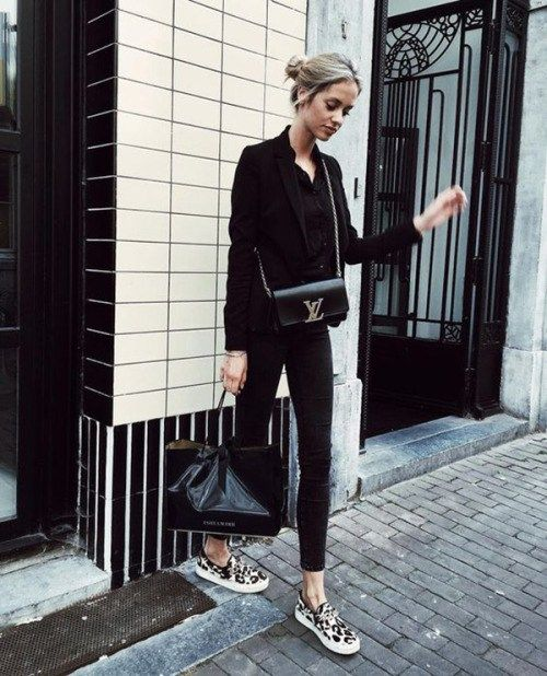 Street Style 2016/2017  Kelly Spronkis sleek and chic in this gorgeous all black style