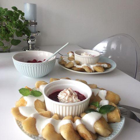 Pierogi Z Serem Podsmazone Na Masle Polane Jogurtem I Do Tego Mus Malinowy Pyszny Obiad Na Piatek Pierogi Maliny Eat Desserts Food