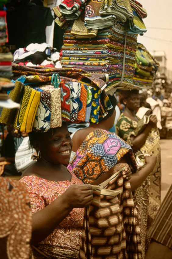 Africa | Fabric sellers in Lome, Togo | ©Vicente Méndez