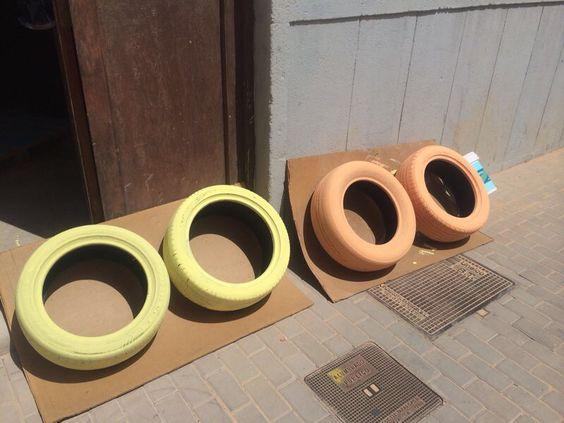 Los neumáticos recién pintados.