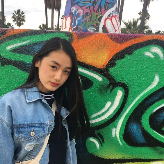 青い服の八木莉可子