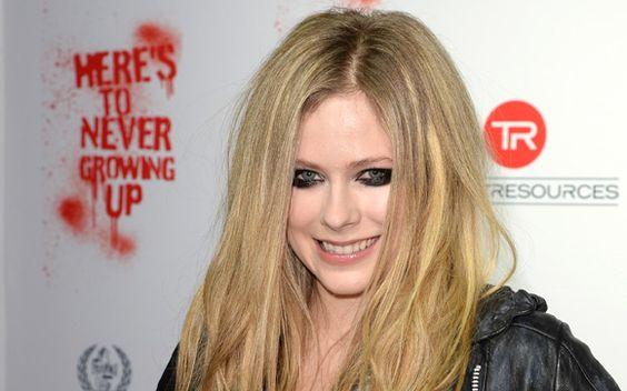 Avril Lavigne A cantora canadense tem a mesma carinha de menina desde que começou a ficar famosa. Atualmente, ela está com 28 anos. Mas se falasse que tem 18, todo mundo acreditaria!
