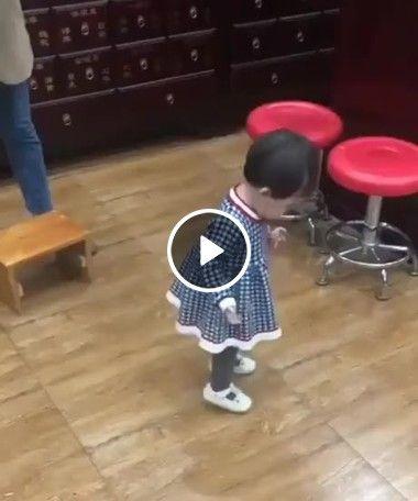 Quando seu filho tenta sentar num banquinho a primeira vez