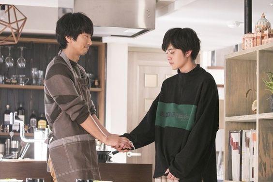 ドラマ隣の家族は青く見えるのオフショット眞島秀和と北村匠海です。