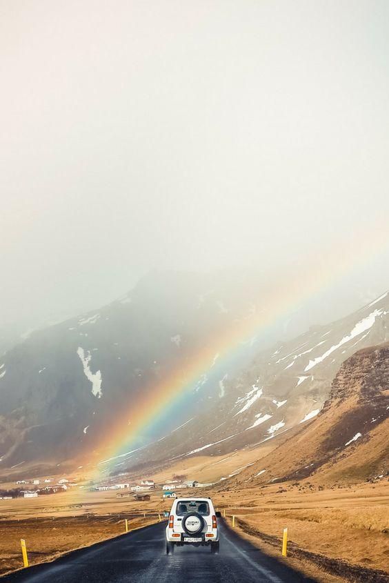 Dieses wunderschöne Foto ist in Island entstanden. Gibt es einen schöneren Moment als den, wenn Sonne und Regen gemeinsam dieses Naturwunder namens Regenbogen erschaffen? Gerade für Fotos bietet sich dieses Motiv immer wieder an, um magische Bilder zu kreieren. #travel #rainbow #naturephotography