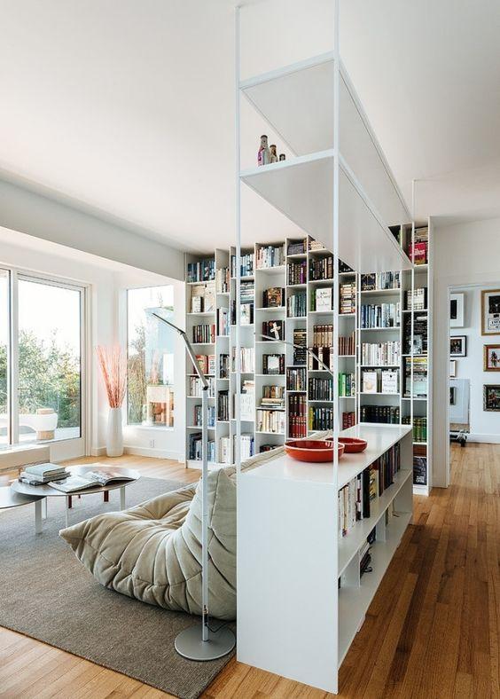 freistehende-Bücherregale-raumteilende-lösungen-für-wohnnung-modern-weiße-bibliotheksmöbel