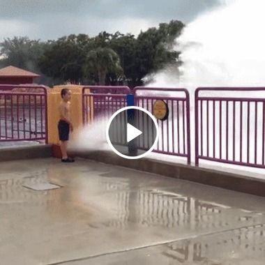 Criança cai com o impacto da água.
