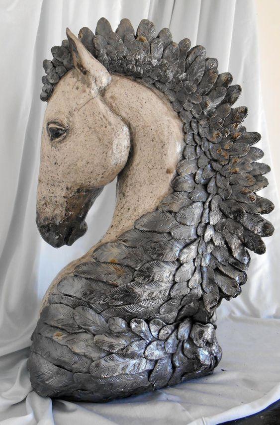 Raku, « Crinière de Corbeau » Sculpture de cheval 15 pouces de hauteur, 10 au point plus large davant en arrière et 6 pouces de large à la