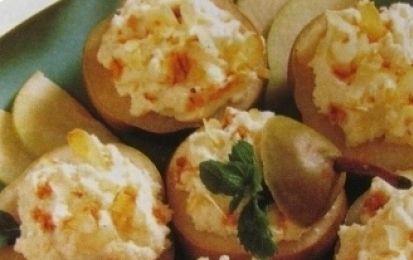 Pere con meringhe e mandorle in salsa di cioccolato - Meringa e mandorle per guarnire le pere di stagione, una ricetta dolce e semplice per portare sulla tua  tavola la frutta in maniera golosa.