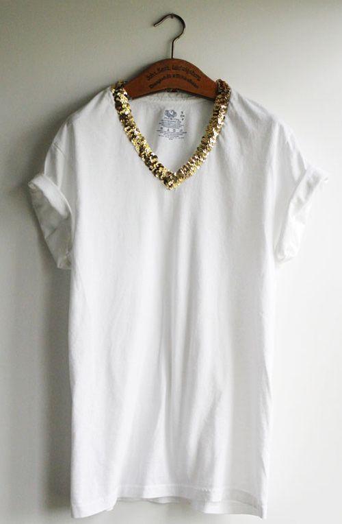 """Como transformar uma camiseta branca em algo glamouroso? Essa customização é simples! Corte um decote """"V"""" na camiseta e borde em toda a sua extensão lantejoulas douradas. O resultado é uma camiseta com brilho na medida, muito elegante!"""