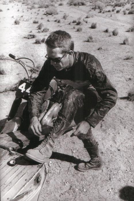 Steve McQueen e a bota que vai ser moda este inverno! Decididamente um homem avante de seu tempo no quesito estilo!: