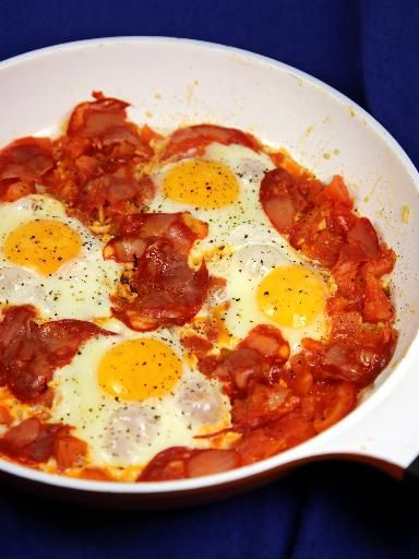 Oeufs à la tomate et chorizo : Recette d'Oeufs à la tomate et chorizo - Marmiton