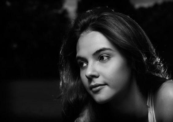 V Rebel Fotografia - Fotografia de moça. Ao ar livre. Preto e branco #fotografiaderetrato #portrait #girl #woman #fotografia #beleza #mulher #moça #retrato #beauty #sintaselinda #womanportrait