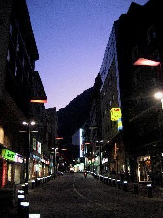 Avinguda Meritxell-agosto 2009 (Sorgina9, jun 2010) Andorra la Vella