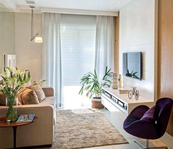 Sala simples mas muito aconchegante. Destaque para a luminária móvel no teto.