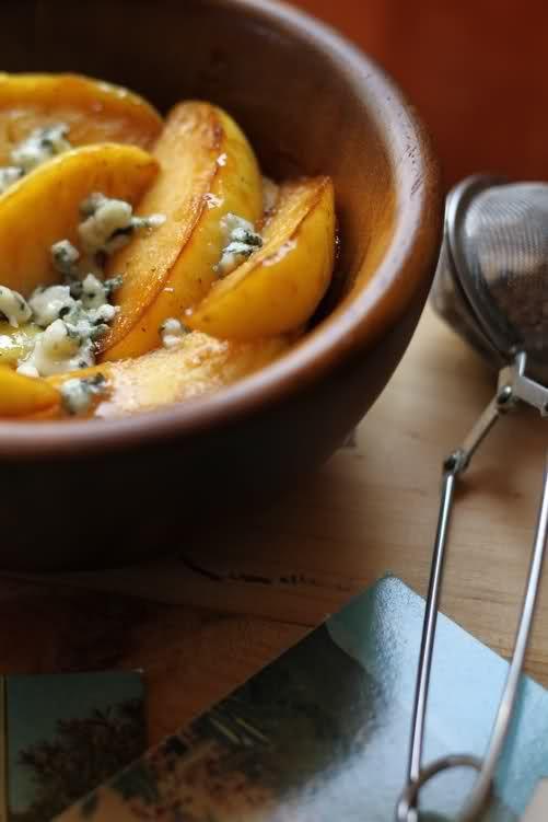 Manzana con roquefort -1 manzana -1 cucharada de mantequilla -Roquefort al gusto -1/2 cucharada de azúcar moreno Cortarmos la manzana en 8 partes y la colocamos en un cazo pequeño con la mantequilla, espolvoreamos el azúcar y cocinamos durante 10min hasta que la manzana quede tierna, lo retiramos del fuego y por encima ponemos el queso hecho trocitos.