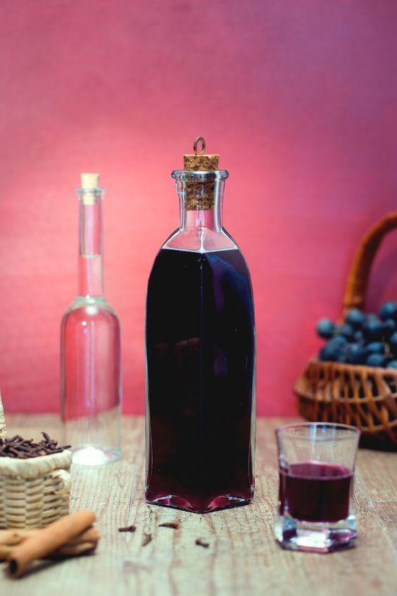 Scopri la #ricetta del nostro #liquore (o ratafià) di uva fragola, un dolce nettare caratterizzato da un'aroma davvero penetrante! #Giallozafferano #recipe