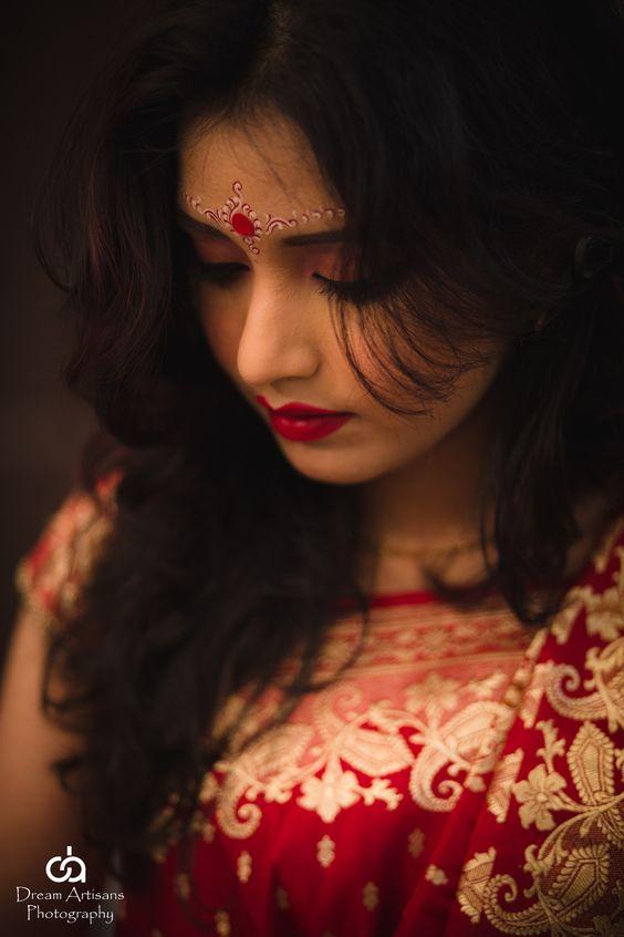 Bengali bride. Bridal make up. indian wedding. indian bride. bengali wedding. red. bengali wedding make up. beautiful bride. glamour. portrait. bridal portrait. Dream Artisans Photography