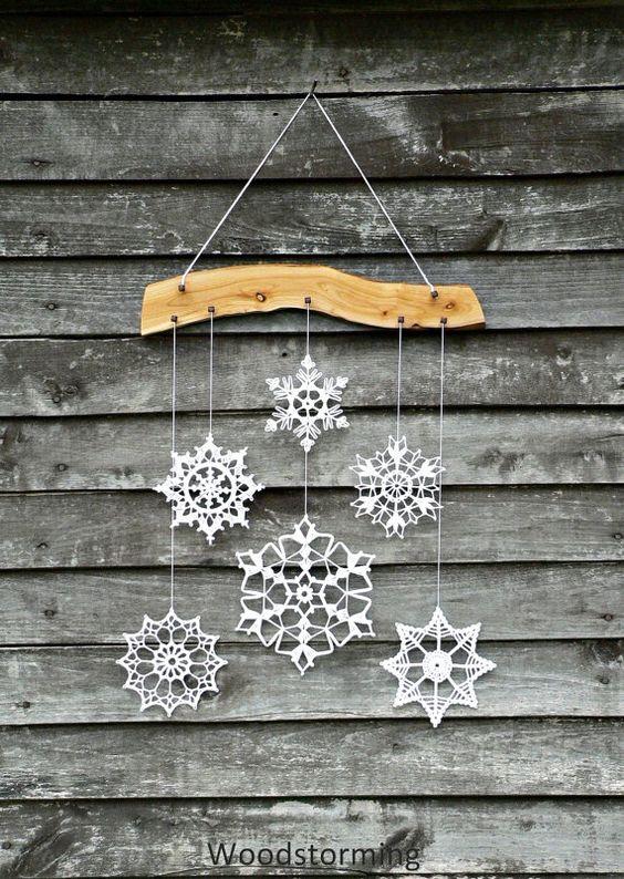 Cette décoration de vacances est en bois de cerisier et 6 flocons crochetés blancs. Chaque pièce de cette décoration est faite avec amour par nous