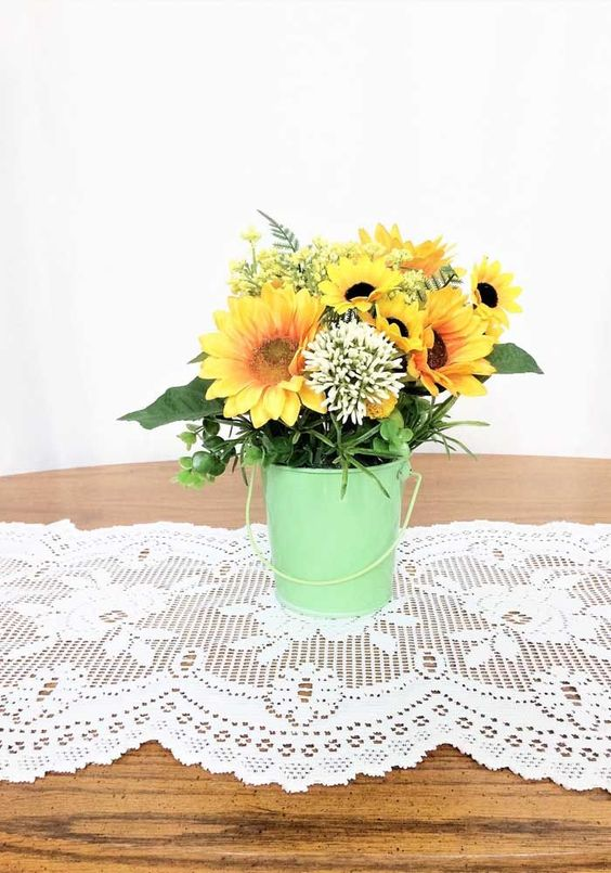 Arranjo de flores artificiais pequeno e delicado em cachepô de madeira; ótima sugestão para casamentos ao ar livre