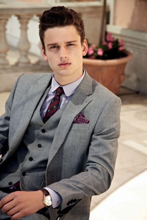 Traje gris, corbata corinta