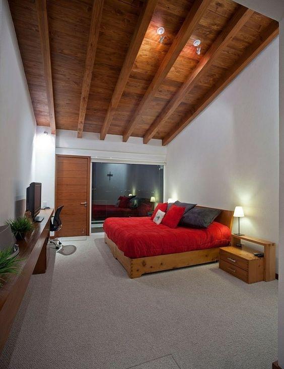 Holzdecke gestalten Ideen Landhausstil rotes Bett Teppichboden - holz decke haus design bilder