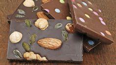 Wenn Sie Schokolade selbst machen möchten, sind Ihrer Kreativität mit einfachen Grundkenntnissen keine Grenzen gesetzt. Mit unterschiedlichen Rezeptideen können Sie die Schokolade variieren und somit Ihre individuelle Lieblings-Süßigkeit herstelle...