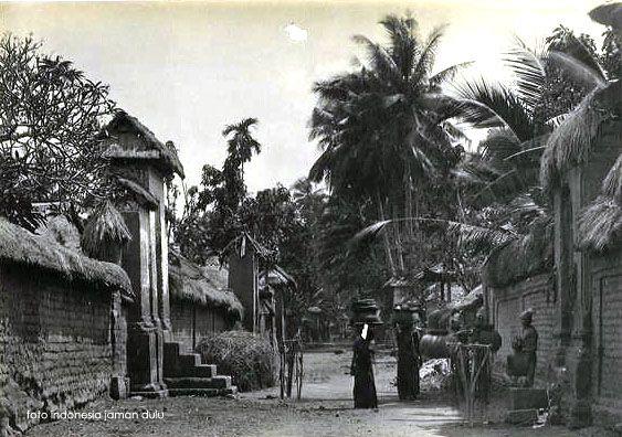 Suasana sebuah desa di Bali, sekitar 1920 (Dengan gambar)   Bali ...