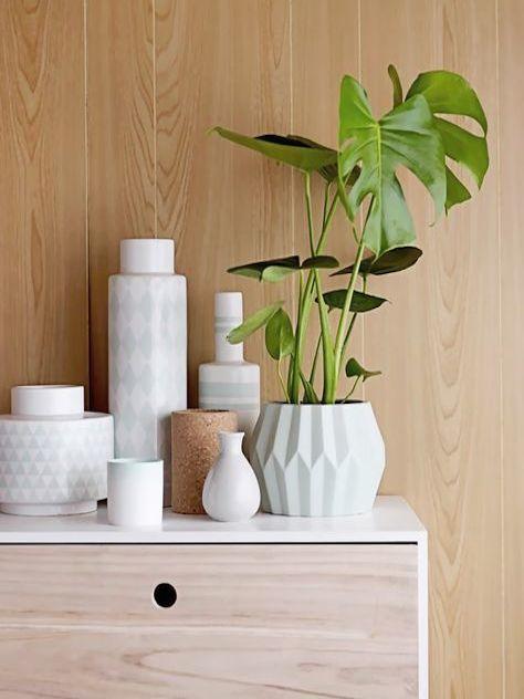 Déco Scandinave: vases blancs sobres et graphiques sur enfilade/commode