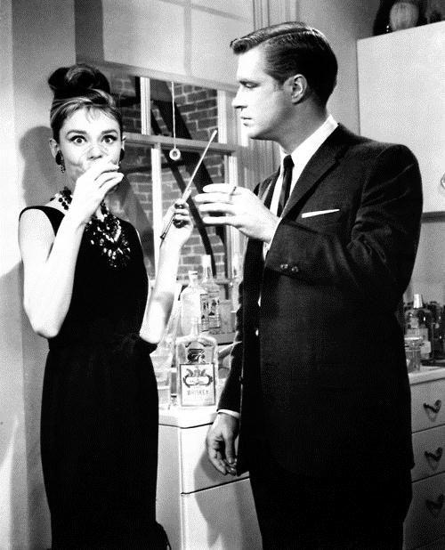 Audrey Hepburn e George Peppard no set de Bonequinha de Luxo (1961)