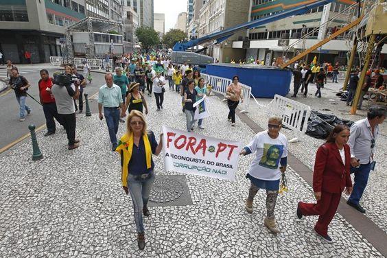 Em Curitiba, manifestação 'fora Dilma' vira apologia a novo golpe militar   Vida Pública   Gazeta do Povo