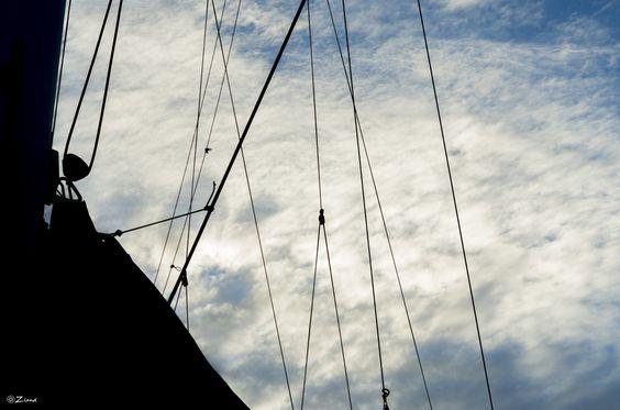 Acostada en un barco by Zland  on 500px