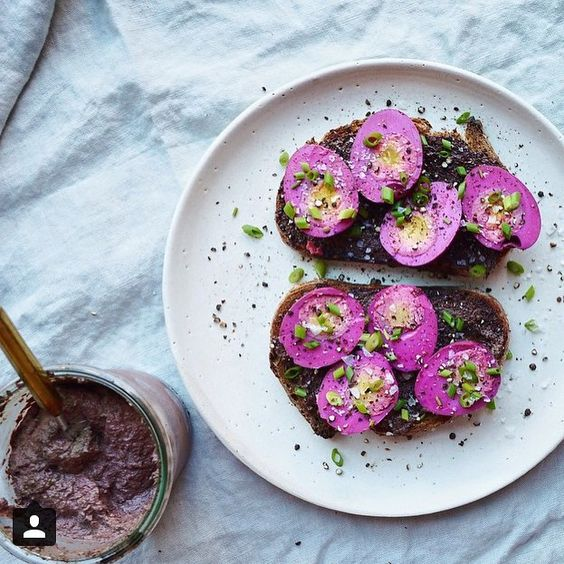 Your hard boiled #eggs should always be #pink, no? A little #breakfast inspiration from @erinireland.
