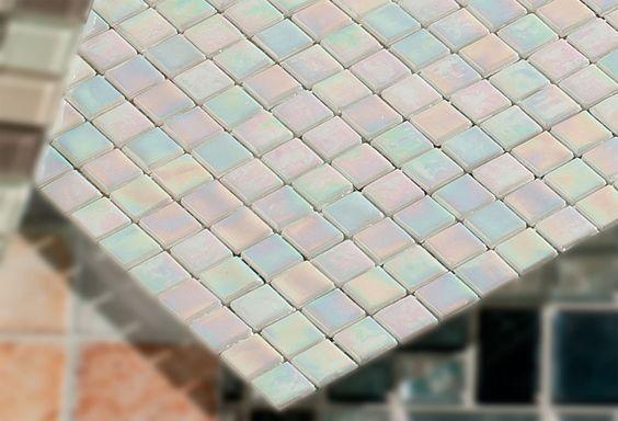 De vidro (linha Shine, ref. CSC018), da Colormix, 1,5 x 1,5 cm. Leroy Merlin, R$ 37,90 a placa de 30 x 30 cm. Pode ser usado em área interna...