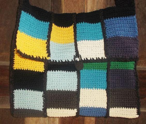 Bolsa tecida em fio ecológico, nas cores amarelo, branco, preto, marrom, azul claro, azul escuro e verde, com botão revestido em crochê para fechamento. R$ 85,00