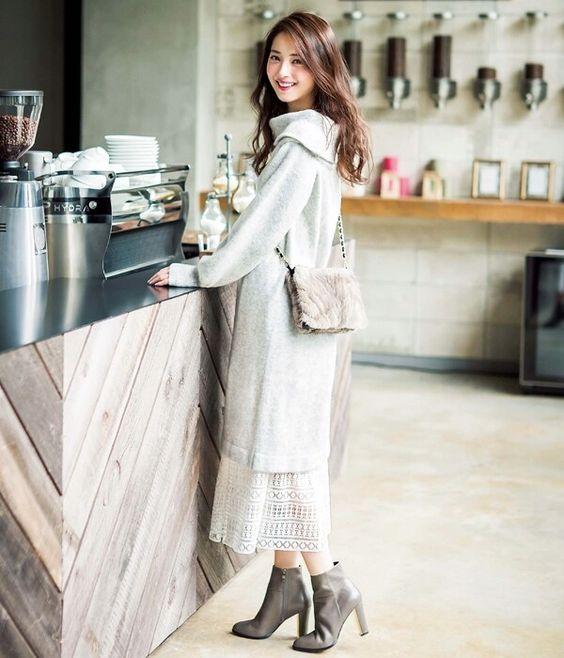 カフェで注文している新木優子