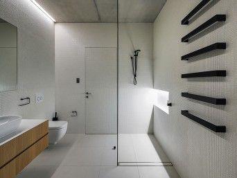 Banheiro Minimalista com Acessórios Pretos