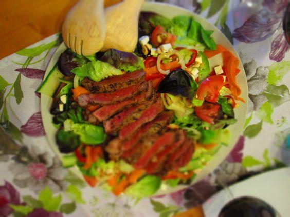 Herbstsalat mit Granatapfel und Steak