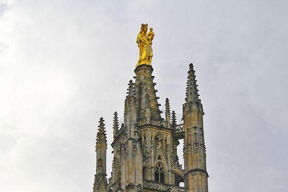 Статуя Мадонны с младенцем наверху башни