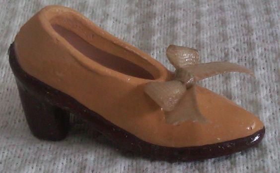 Zapato de Tacón modelado en barro policromado. Miniatura.