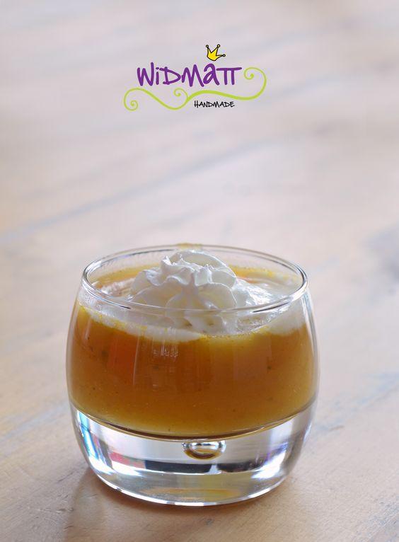 Kürbissuppe mit rotem Curryöl aus dem Tropenhaus Wolhusen , das Rezept gibt es jetzt in der widmatt http://www.widmatt.ch/kuerbissuppe-mit-rotem-curryoel/
