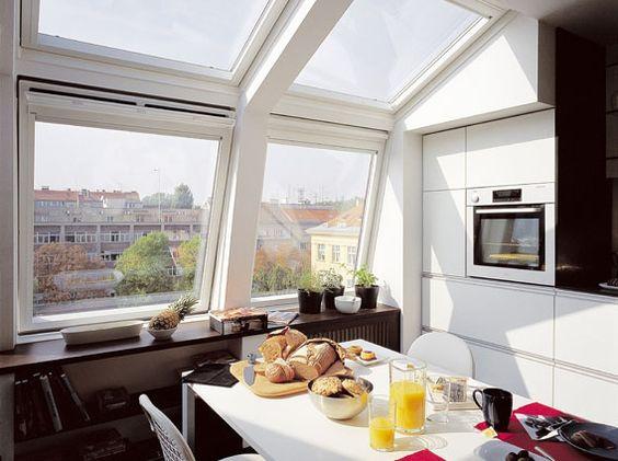 Moderne Küche mit Blick über Dächer mit VELUX Schwingfenstern GGU