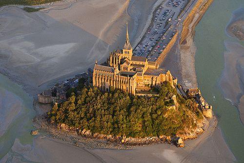 L'abbaye du Mont-Saint-Michel vue d'un ULM, Le Mont-Saint-Michel, France 2010