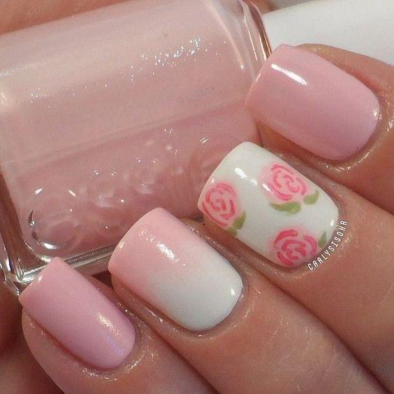 unhas decoradas com flores rosa bebê e fundo branco