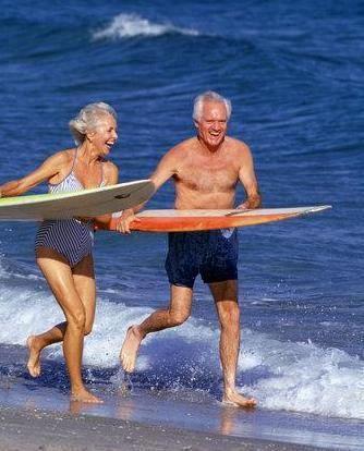 年配のカップルのサーフィン