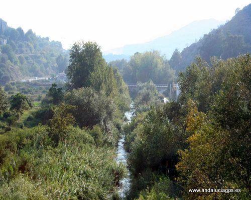 """#Granada #Vélez de Benaudalla - Río Guadalfeo GPS 36º 51' 0"""" -3º 30' 18"""" / 36.850000, -3.505000   Vélez de Benaudalla, se encuentra en las últimas estribaciones de la Alpujarra Granadina, sobre una suave ladera y una pequeña llanura que deja a sus pies este río."""
